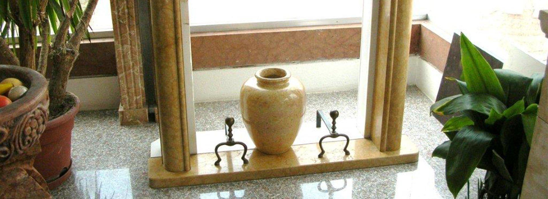 Complementi d arredo in marmo statue acquasantiere for Vendita complementi d arredo